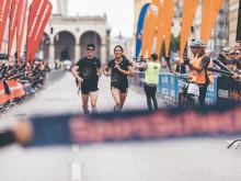 Viele Tausend Läufer beim SportScheck RUN durch den Englischen Garten