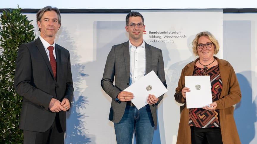 Sektionschef Mag. Elmar Pichl (BMBWF) überreicht die Urkunde an Prof. Dr. Kai Koch und Prof.in Dr.in Heike Henning (v.l.).