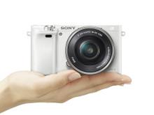 Компактная камера со сменными объективами α6000 в белоснежном корпусе будет доступна в декабре