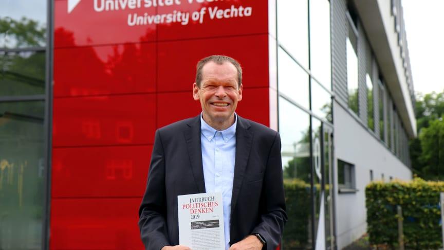 """Prof. Dr. Peter Nitschke präsentiert das """"Jahrbuch Politisches Denken"""" 2019, Band 29 ."""