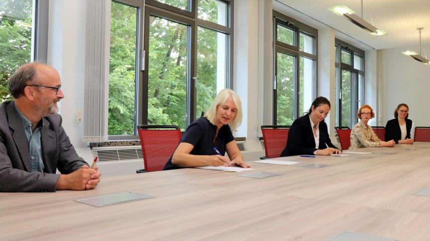Die Gründungsmitglieder bei der Unterzeichung der Zielvereinbarung: Prof. Dr. Michael Ewig, Prof.in Dr.in Martina Döhrmann, Prof.in Dr.in Britta Baumert, Prof.in Dr.in Monika Angela Budde, Prof.in Dr.in Marie-Christine Vierbuchen
