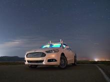 Selvkørende bil kører gennem kulsort ørken uden lys