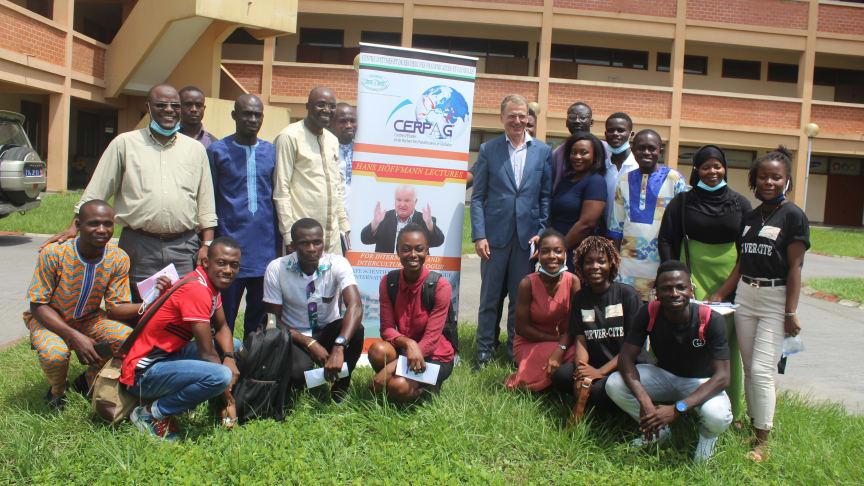 Lacina Yeo  (4.v.l.h.) stiftet ein Höffmann-Forum für internationalen und interkulturellen Dialog an der Universität Félix Houphouët-Boigny, AbidjanCocody (Elfenbeinküste)