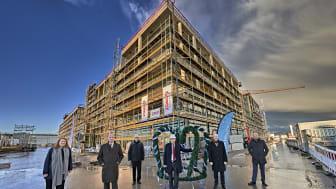 In kleinem Kreis wurde dem Gebäude Lab 48 am Münchner Flughafen der Richtkranz aufgesetzt. Copyright: Ed. Züblin AG