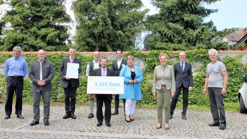 Gemeinsam für eine energieeffiziente Zukunft: Vertreter der Energiewende Oberland, des Bayernwerks und des Regierungspräsidiums Oberbayern bei der Verleihung des Bürgerenergiepreises 2021.