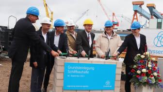 In einer feierlichen Zeremonie am Kieler Hafen ist der Grundstein für das kombinierte U-Boot-Produktions- und Verwaltungsgebäude gelegt worden. (Copyright: thyssenkrupp Marine Systems GmbH)