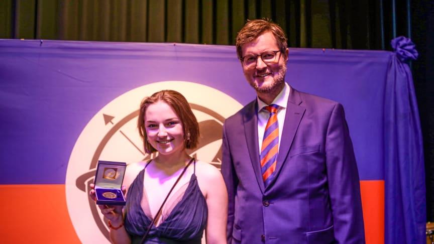 Victoria Rau bekam von Stiftungsleiter Dr. Peter Rösner die King Constantine Medal verliehen