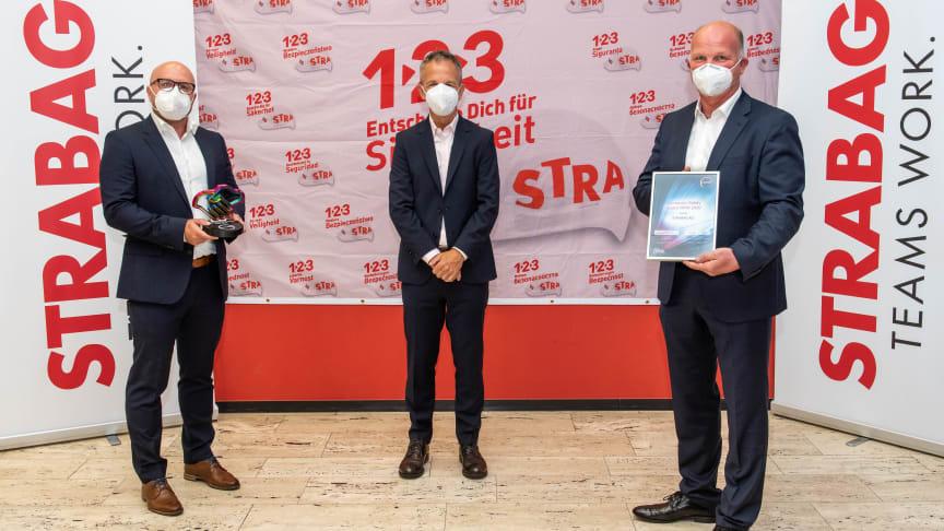 Ausgezeichnet (v.l.n.r.): Christian Karg und Horst Zwick (beide Covestro) überreichten den Safety Award an Thorsten Strunk, Technischer Leiter der Gruppe Industriebau im STRABAG-Bereich Rheinland. copyright: Covestro AG