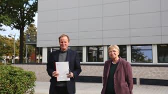 Bei der Urkundenübergabe: Andreas Fischer und Dr.in Marion Rieken, Vizepräsidentin für Personal und Finanzen