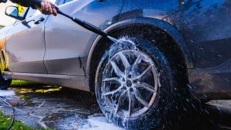 """Trots miljöskadan – allt fler svenskar """"fultvättar"""" bilen"""
