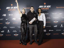 Model Sarah Nuru überreicht Asana Rebel den DISRUPTOR Award