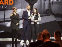 Schauspielerin Enissa Amani überreicht Profi-Schwimmerin Yusra Mardini den HERO Award
