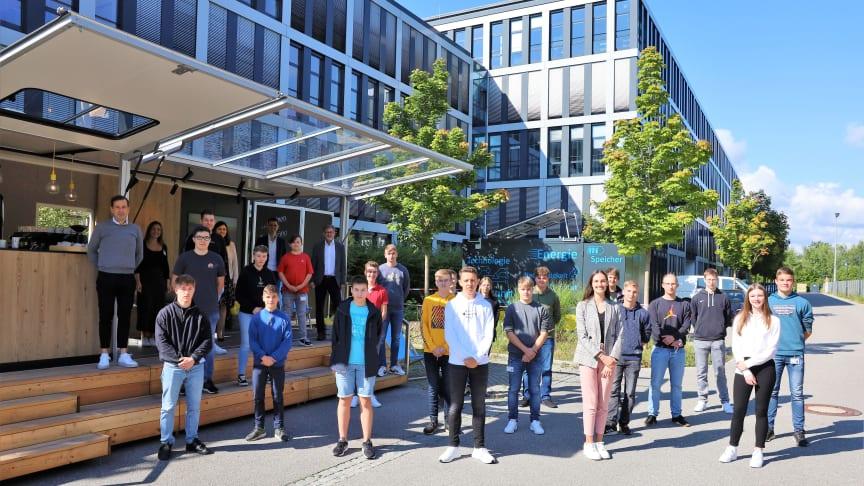Auf in neue (Energie)-Welten: Am Standort Regensburg begrüßten Bayernwerk-Personalvorstand Andreas Ladda (links) mit dem Team Ausbildung die neuen Azubis zum ersten Lehrjahr.
