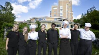 Elever från Hotell- och turismprogrammet och Restaurang- och livsmedelsprogrammet utanför Tranellska gymnasiet.