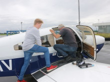 Schüler aus Louisenlund auf Exkursion beim Flughafen Kiel-Holtenau