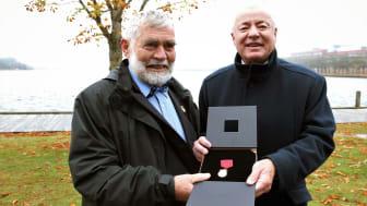 Gösta Skoglund tar emot Borgmästaremedaljen av kommunfullmäktiges ordförande Bo Frank (M).