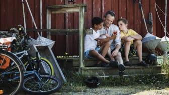 Familj som letar aktiviteter i appen A day in Halland. Foto Alexander Hall