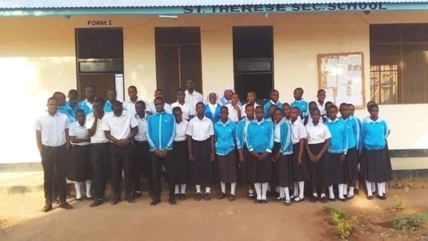 Die Schwestern des Ordnens der Teresina Sisters mit den neu eingeschriebenen Schüler*innen an der St. Therese Sec. School in Tansania.