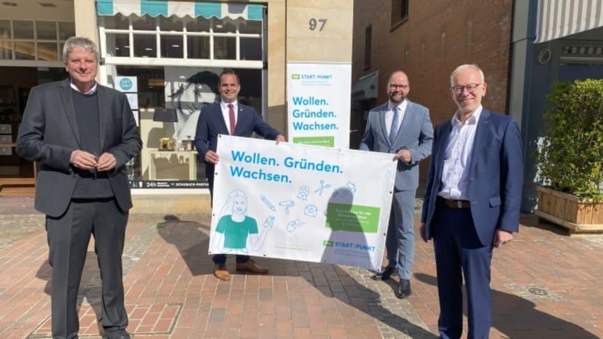 Bei der Eröffnung des Büros in Vechta: Prof. Dr. Burghart Schmidt (Präsident Universität Vechta), Kristian Kater (Bürgermeister Vechta), Johann WImberg (Landrat Cloppenburg) und Herbert Winkel (Landrat Vechta)