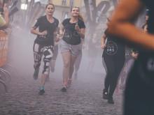 Während es die 10-km-Läufer nach einer Runde durch die atemberaubende Innenstadt geschafft haben, mussten die 21,1-km-Läufer noch eine verlängerte Extrarunde drehen.