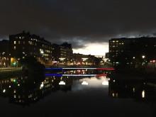 Kaptensbron ljussatt i Frankrikes färger