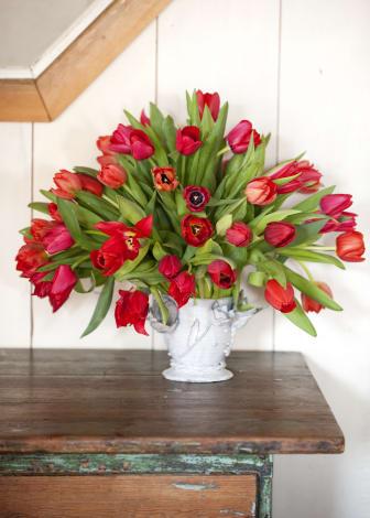 Röd tulpanbukett i vit vas