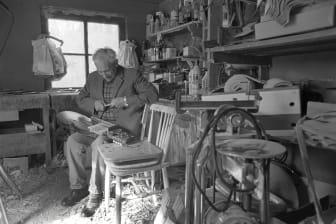 Eric Sahlström tillverkar en nyckelharpa i sin verkstad 1982. Foto: Tommy Arvidson, Upplandsmuseet.