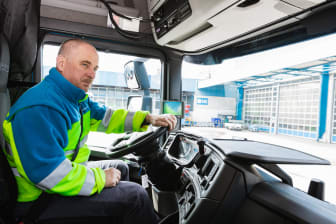 Fahrer Andreas Hintringer in seinem neuen Scania 770 S.jpeg
