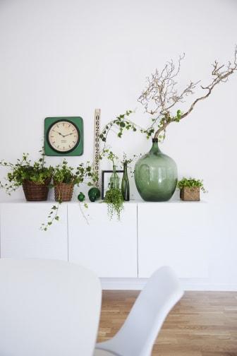 Sideboard med svenskodlade växter.