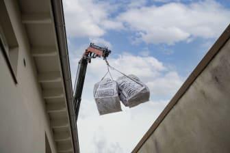 Returbagen-säckar med kranbil