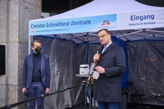 Pressefoto Eröffnung 100. dm Corona-Schnelltest-Zentrum