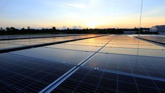 Solceller i soluppgång
