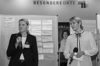 Moderatorinnen Susanne Leuthner (links) und Janina Klabes (rechts)