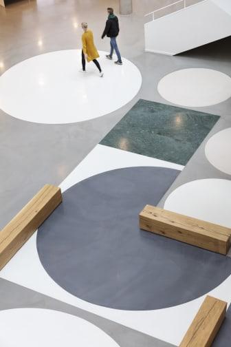 Center for Sundhed Holstebro, integreret kunst i gulvet i atriet