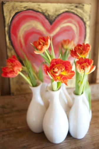 Tulpaner i vaser framför hjärta