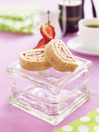 Rulltårta med jordgubbar och basilika