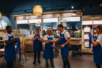 Mats Hörnell, VD Waynes och franchisetagare Reza Gothby inviger nya kaféet i Torp Köpcentrum