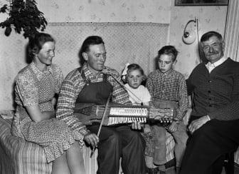 Eric Sahlström med familjen - hustrun Anna och barnen Sigurd och Sigbrit 1954. Foto: Uppsala Bild, Upplandsmuseets arkiv.