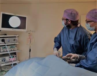 Ortopeden Mikael Petersen utför artroskopi