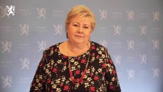 Statsminister Erna Solberg tok oppfordringen fra barn på strak arm