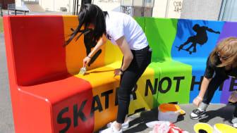 När målas sista lagret färg på den regnbågsfärgade soffa