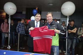 JO Waldner och Tian Liuwen, vice vd China Eastern Airlines