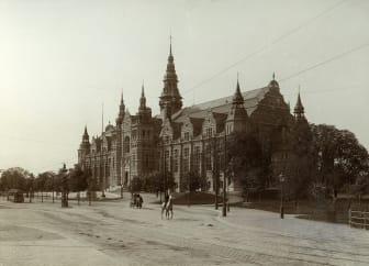 Nordiska museet med ryttare och hästvagn