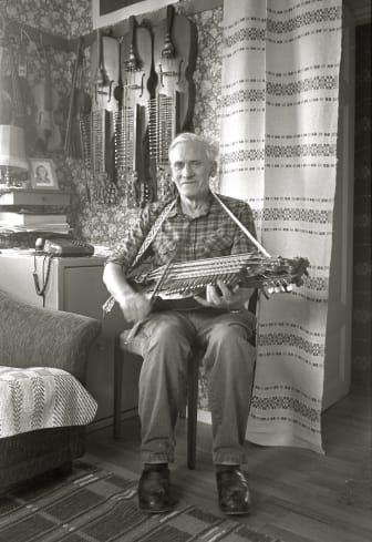 """Eric Sahlström i """"spelkammaren"""" hemma i Göksby 1982. Foto: Tommy Arvidson, Upplandsmuseet."""