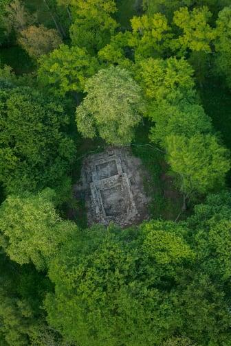 Ruiner efter en tidig gårdskyrka i Varnhem