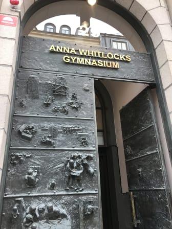 Entrén till Anna Whitlocks gymnasium på Kungsholmen, Stockholm