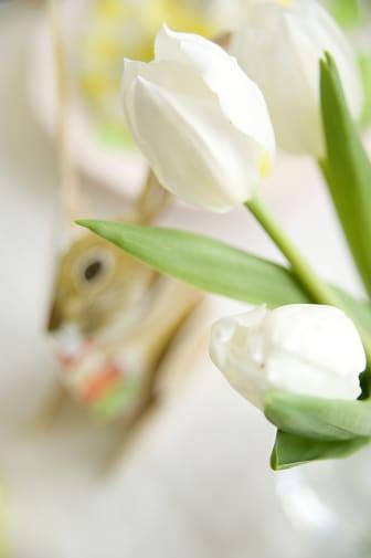 Vita tulpaner och påskhare.