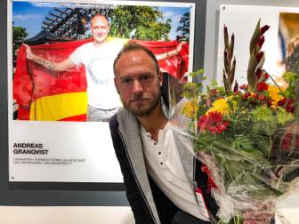 Andreas Granqvist får sitt porträtt avtäckt på Malmö Airport. Foto Christian Örnberg