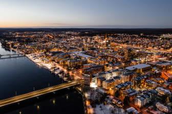 Flygfoto över Skellefteå på kvällen