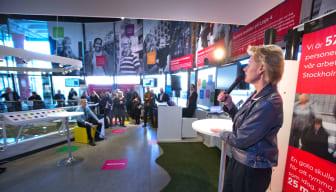 Trafikborgarråd Ulla Hamilton (M) inviger utställning om framkomlighet i Kulturhuset i Stockholm.